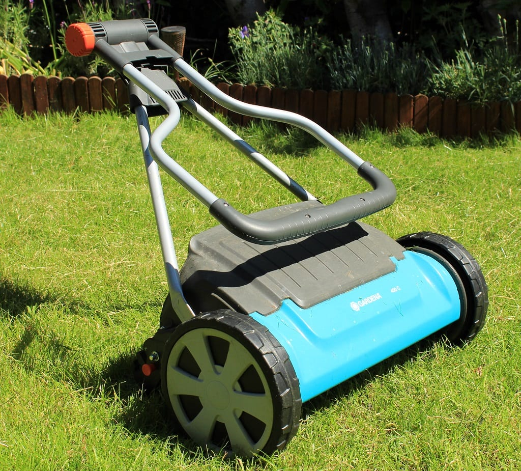 Small and compact cylinder mower for easy storage
